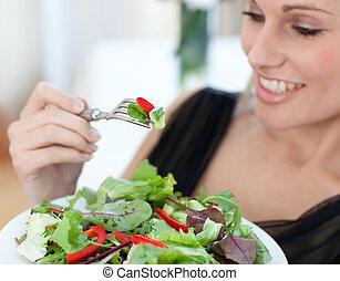 szczelnie-do góry, kobieta jedzenie, uśmiechanie się, sałata
