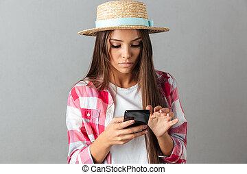 szczelnie-do góry, kobieta, słoma, fotografia, młode przeglądnięcie, kapelusz, telefon, poważny