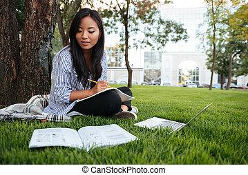 szczelnie-do góry, na wolnym powietrzu, student, badając, posiedzenie, drzewo, park, znowu, asian, ładny, pod
