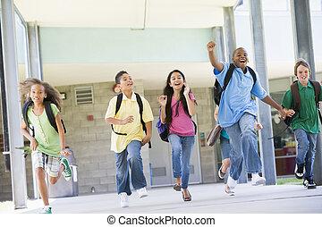 sześć, studenci, odbiegając, z, frontowe drzwi, od, szkoła,...