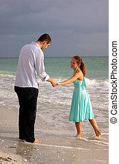 szerelmes pár, két, beszéd, hatalom kezezés, tengerpart