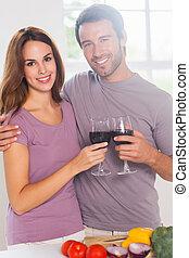 szerelmes pár, tükör, fényképezőgép, pirítós, bor