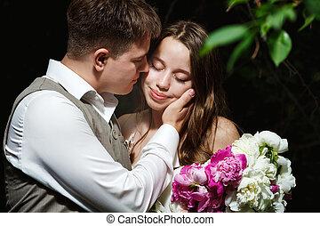 szerető, esküvő párosít, csókolózás, a parkban