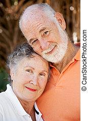 szerető párosít, idősebb ember