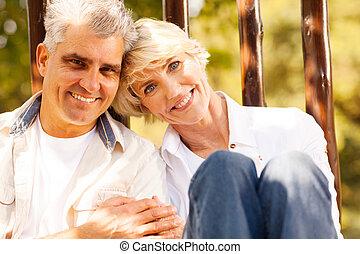 szerető párosít, szabadban, idősebb ember