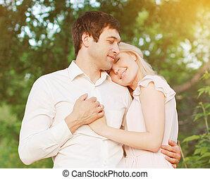 szeret, romantikus összekapcsol, fiatal, érzések, szabadban, meleg, tender