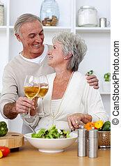 szeret, saláta, párosít, étkezési, idősebb ember, konyha