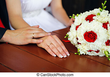 szeret, touching., esküvő párosít, kéz, alatt, kézbesít, noha, csokor