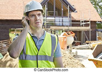 szerkesztés munkás, képben látható, épület hely, használ, mobile telefon