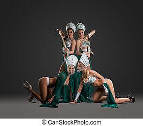 szexi, lány, alapján, táncol, csoport, feltevő, provokatívan