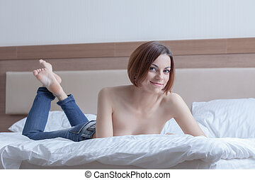 szexi, nő, alatt, farmernadrág, feltevő, félig meztelen, ágy