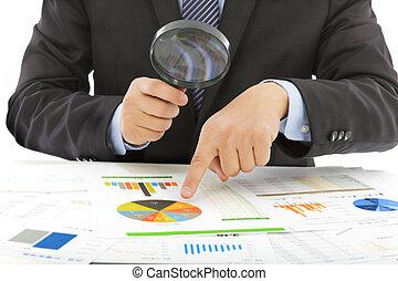 szkło, utrzymywać, powiększający, czek, biznesmen