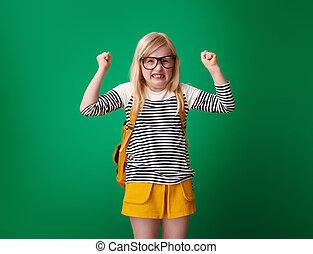 szkoła, gniewny, odizolowany, zielone tło, dziewczyna, plecak