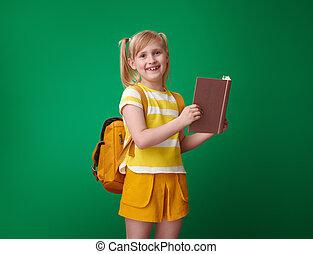 szkoła, odizolowany, książka, zielone tło, uśmiechanie się, czytanie, dziewczyna