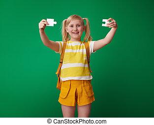szkoła, pokaz, intrygować kawały, zielone tło, dziewczyna uśmiechnięta
