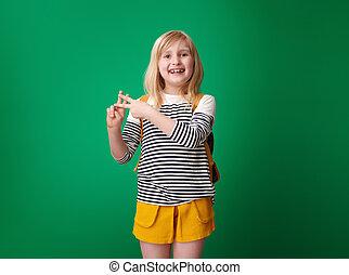 szkoła, pokaz, zielone tło, hashtag, uśmiechnięta dziewczyna, gest