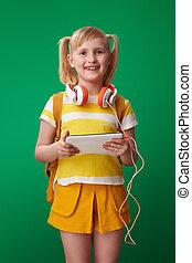 szkoła, tabliczka, słuchawki, pc, uśmiechnięta dziewczyna
