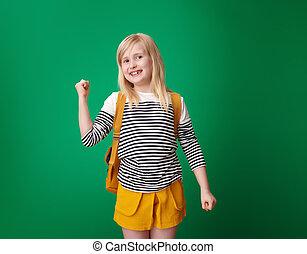 szkoła, uradowanie, odizolowany, zielone tło, uśmiechnięta dziewczyna