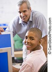 szkoła, wysoki, komputer, rozmowy, używając, nauczyciel, uczeń