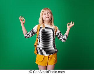 szkoła, yoga, odprężony, odizolowany, zielone tło, dziewczyna