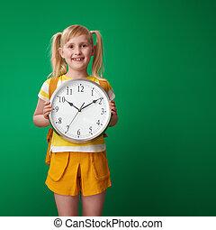 szkoła, zegar, pokaz, przeciw, zielone tło, uśmiechnięta dziewczyna
