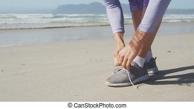 sznurowanie, do góry, sportowy, kobieta, obuwie, plaża, jej