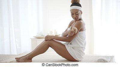 szorując, kobieta, młody, jej, noga
