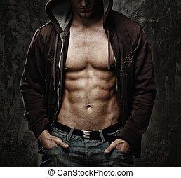szykowny, człowiek, z, muskularny, tułów, chodząc, hoodie