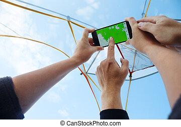 táborozás, térkép, nő, ég, felhős, látszó, smartphone, felül, fátyolszövet, áttetsző, ember