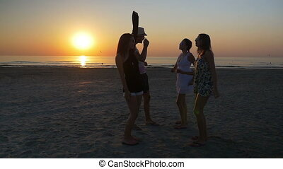 tánc, barátok, három, napnyugta, női, hím, tengerpart