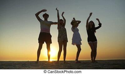 tánc, félhomály, három, ember, tengerpart, nők
