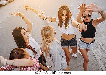 táncol, autó dísztér, fiatal, öt, nők