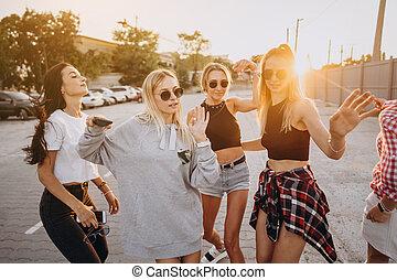 táncol, autó dísztér, fiatal, 4 women