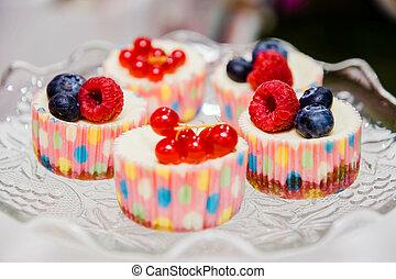 tányér, cupcakes, néhány, bogyók