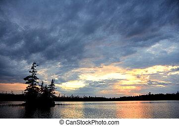 távoli, vadon, színpadi, ég, tó, drámai, sziget