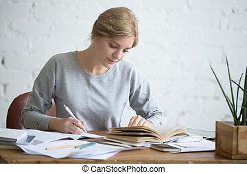 tâche, étudiant, copybook, exécuter, écrit, femme