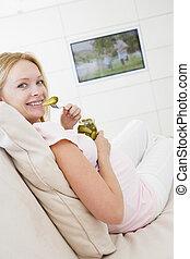 tã©lã©viseur, femme mange, pregnant, regarder, pickles, sourire