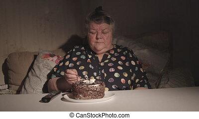 tã©lã©viseur, femme mange, salle, regarder, sombre, gâteau, personne agee