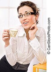 tänkande, affärskvinna, supande kaffe
