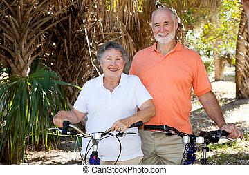tätiger älterer, radfahrer