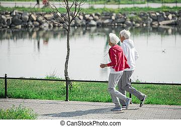tätiger älterer, verkoppeln draußen