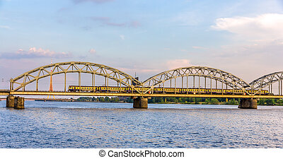 tåg, på, a, bro, in, riga, lettland