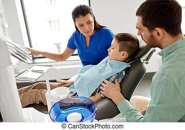tålmodig, dental, klinik, tandläkare, kvinnlig, unge
