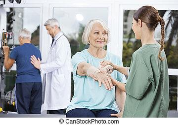 tålmodig, hand, se, sätta, bandage, kräpp, sköta