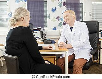 tålmodig, meddela, läkare, skrivbord, senior, lycklig