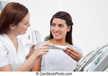 tålmodig, tand, tandläkare, ordinera, kvinnlig, klistra