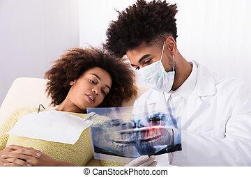 tålmodig, visande, tandläkare, kvinnlig, tänder, röntga