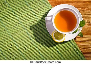 tè caldo, con, fresco, foglie, e, limone, su, stuoia bambù