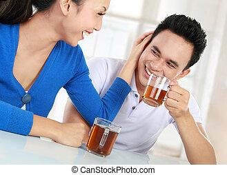 té, pareja, joven, teniendo