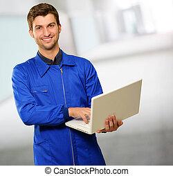 técnico, computador portatil, joven, trabajando, feliz